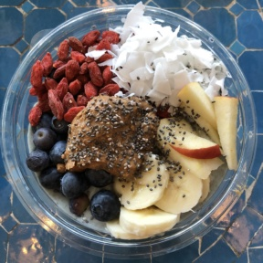 Gluten-free smoothie bowl from By Chloe