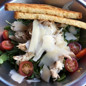 Gluten-free salad with bread from Comoncy